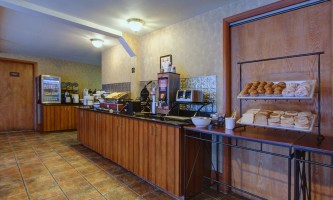 2016-Comfort_Inn_Suites_Anch_AK_Breakfast_Bar-o5hgme