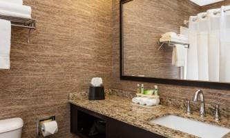 Holiday_Inn_Express_Anchorage-HIE_Bathroom_28329-nj9w1q
