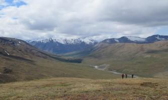 Anaktuvuk-pass-to-dalton-highway-Image_5_Climbing_the_Final_Ridge_above_Kuyuktuvuk_Creek-p206se