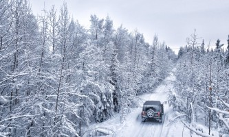 Alaska 4x4 rental jeep wranlger going up hill jan 2018 pgp6o6