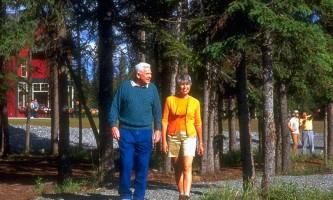 Copper-River-Princess-Guests-walking-along-trail-ph7lv4
