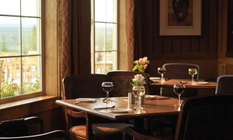 Copper-River-Princess-Copper_River_Princess_Wilderness_Lodge-_Whistle_Stop_Bar_Grill_Dining_Room-ph7m67