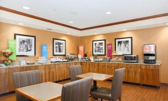 Hampton-inn-ancakhx-breakfast-serving-area-seating_9502-Copy-p10kdz