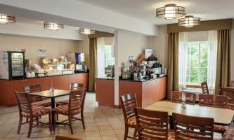 Holiday_Inn_Express_Anchorage-HIE_Breakfast Area_28429-nj9w0o