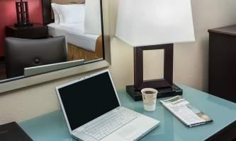 Holiday_Inn_Express_Anchorage-HIE_Desk Detail_28129-nj9w2d