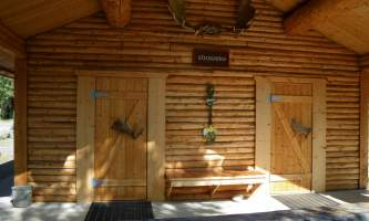 Carlo-creek-lodge-shower_house-odysnn